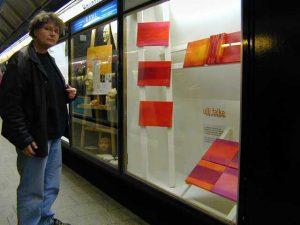 Ulli vor dem Schaukasten von Bildwechsel mit Rotem Mantra in der U-Bahnstation vom Hamburger Hauptbahnhof